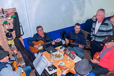 Restaurant abordo traditional Live music